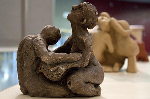 Obra em argila de duas pessoas se abraçando